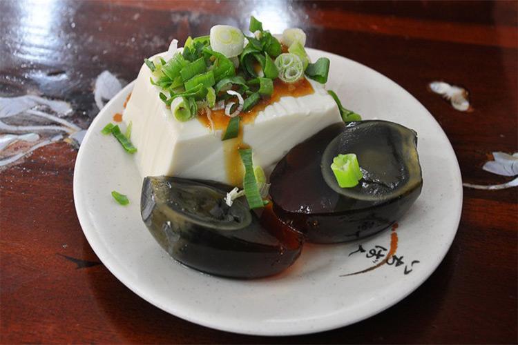 سرو تخم مرغ هزار ساله در شانگهای چین