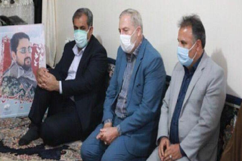 خبرنگاران استاندار قزوین با خانواده شهید مدافع حرم شیری ملاقات کرد