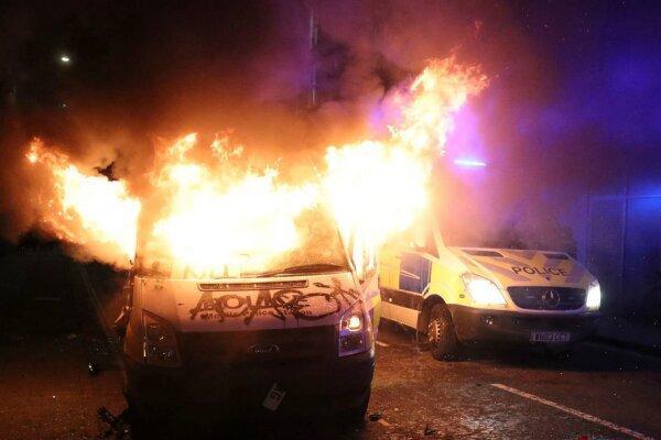معترضان خودروهای پلیس را در بریستول انگلیس به آتش کشیدند